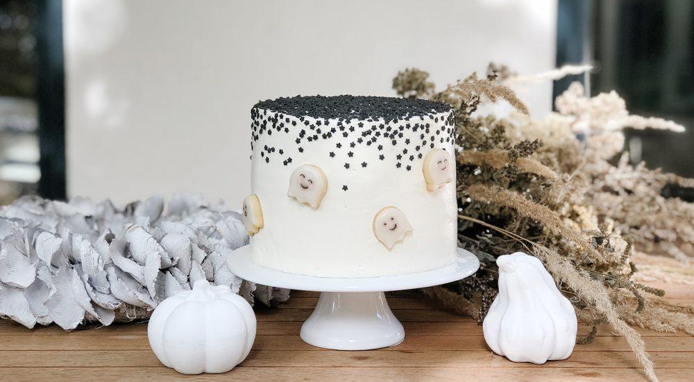 Halloween Kuchen – Blutroter Red Velvet Cake mit süßen Geistern