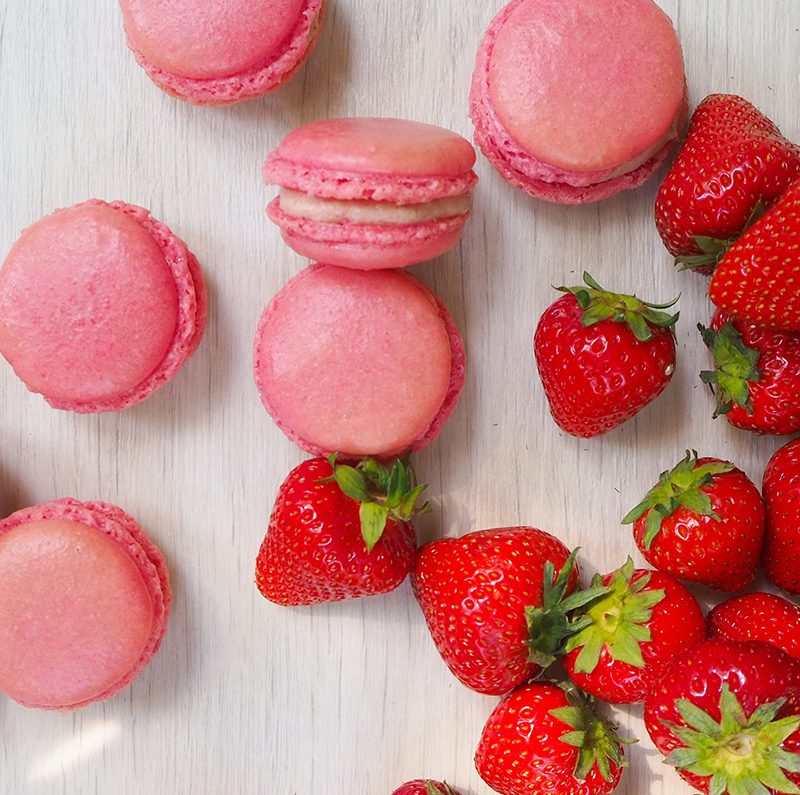 Leckere Macarons mit Erdbeerfüllung